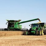 S690 mit Traktor von John Deere © Deere & Company